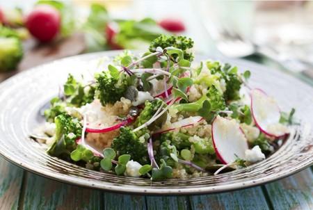 fot. Sałatka z drobnej kaszy jęczmiennej, brokułu i zieleniny
